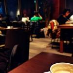 夜カフェで温かい紅茶を