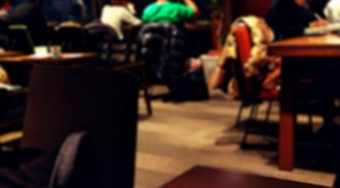 神楽坂、夜カフェでひとり温かい紅茶を