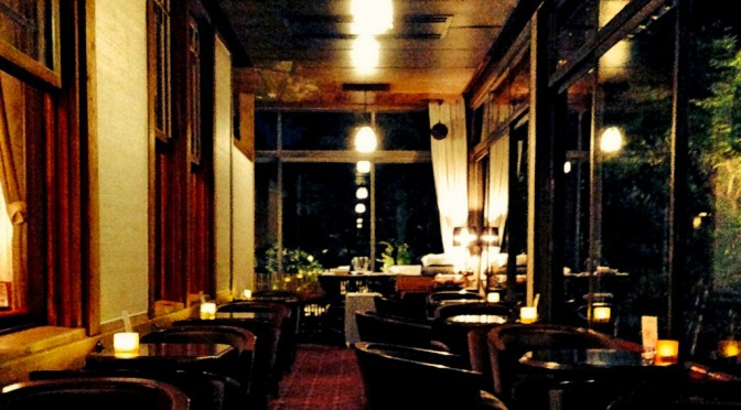 """奈良ホテルの""""THE BAR""""、暗闇に浮かぶ緑に囲まれて会話が弾む大人の時間"""