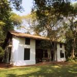 スリランカの邸宅ホテル「バワハウス87」、木々が生い茂る広大な庭を眺めながらのんびりティータイム