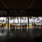 スリランカの小さな町のリゾート「ザ・ブルーウォーター」、トンネルのようなアプローチの先に広がるインド洋