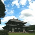 奈良 東大寺、廻廊に囲われた芝生が美しい中庭と奈良の大仏さん