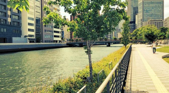 大阪の中心部中之島、堂島川沿いを散策