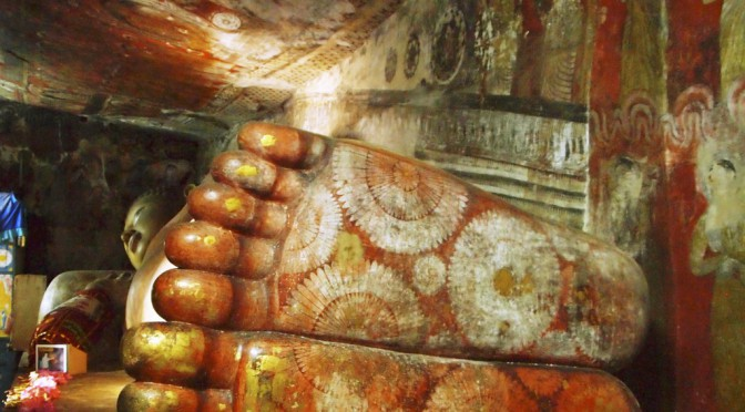 スリランカの世界遺産 ダンブッラ石窟寺院、足の裏の装飾が美しい14メートルの大仏様