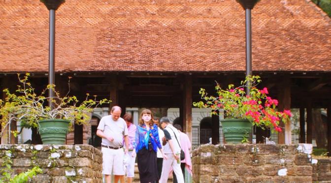 スリランカの古都キャンディ、王朝時代の建物とアンティークショップを巡る