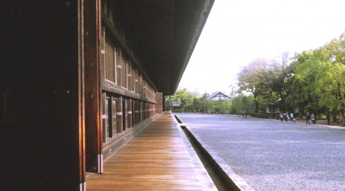 京都、三十三間堂の空にかかる直線美