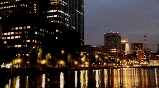 寒くなる前の心地いい季節、お堀沿いと丸の内を夜散歩