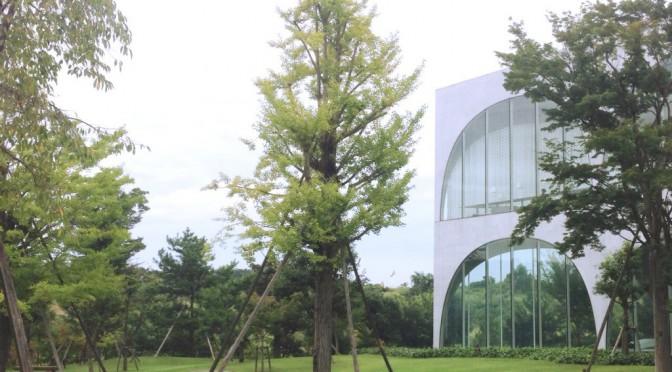 自然豊かな場所にある多摩美術大学、不思議な坂道がある図書館を見学